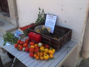 table avec légumes et affiche